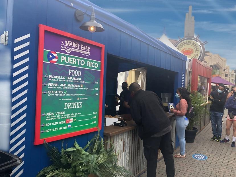 """Kiosco de Puerto Rico en el """"Mardi Gras 2021: International Flavors of Carnaval"""" en Universal Orlando Resort. (Gregorio Mayí/Especial para GFR Media)"""