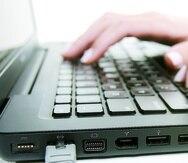 """Guaynabo , Puerto Rico . Mayo 12 , 2008 . Fotos para la Revista Negocios - el tema es sobre la penetracion del internet en Puerto Rico segun un estudio del SME . Las fotos se realizaron en el estudio de END .  Foto por : Ramon """" Tonito """" Zayas / STAFF    Key Words: Computadora , internet , cable , ethernet , laptop , teclado , escribiendo   -----  -----"""