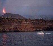 Una embarcación de recreo regresa al atardecer al puerto de Tazacorte ubicado en la costa por donde se prevé llegue la lava del volcán de Cumbre Vieja.