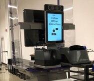 La tecnología de reconocimiento facial se está utilizando de manera piloto y busca que el pasajero no tenga contacto físico con el oficial de TSA al pasar su identificación oficial.