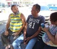 Angel Rafael de León, Hector Colón Maldonado y Thalia Gómez Andino en la plaza de Cataño.