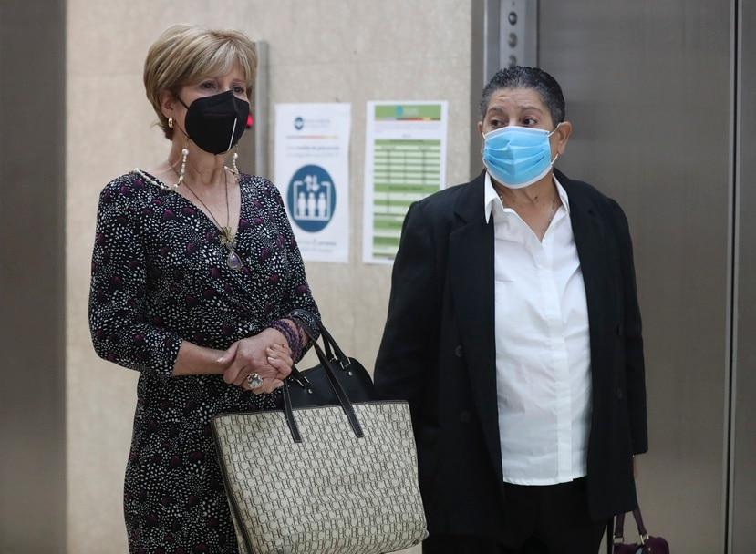 Sandra Torres (izquierda), exdirectora de la Junta Reglamentadora de Telecomunicaciones, junto a la abogada Carmen Quiñonez.