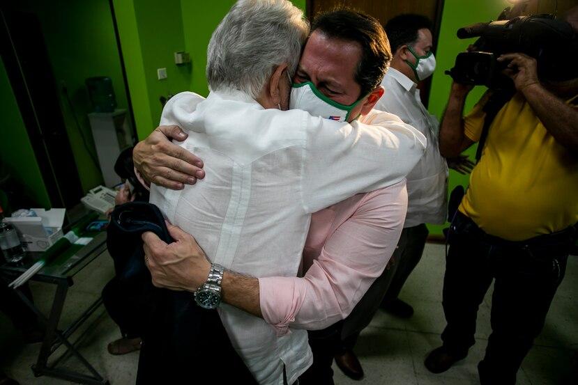 En su llegada al comité del PIP, Juan Dalmau, se funde en un abrazo con el lider y antiguo presidente del partido, Rubén Berríos.