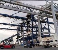 Muelle de carga marítima. Grúas, puertos.