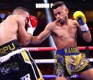 El cubano Robeisy Ramírez ataca al cuerpo del puertorriqueño Orlando González durante el combate en Las Vegas.
