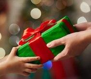 Se espera que los consumidores gasten casi $1,048 en promedio por persona este año. (Shutterstock)