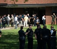 Agentes de la policía responden a un tiroteo en la escuela secundaria Austin-East Magnet en Knoxville, Tennessee, este lunes.