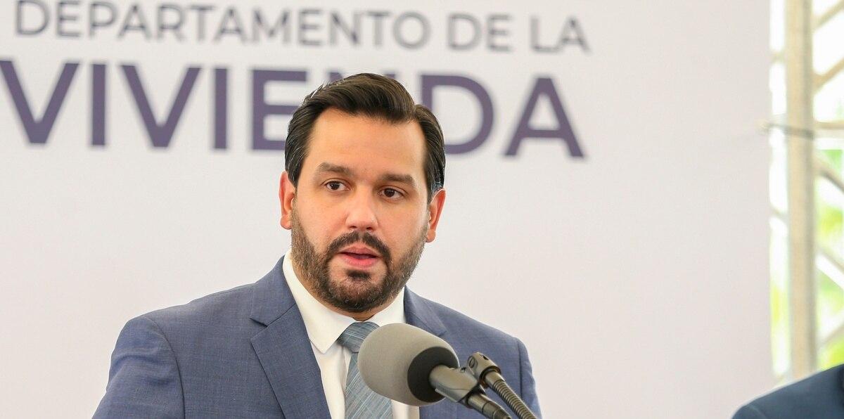 El secretario designado del Departamento de la Vivienda, William Rodríguez, durante la conferencia de prensa.