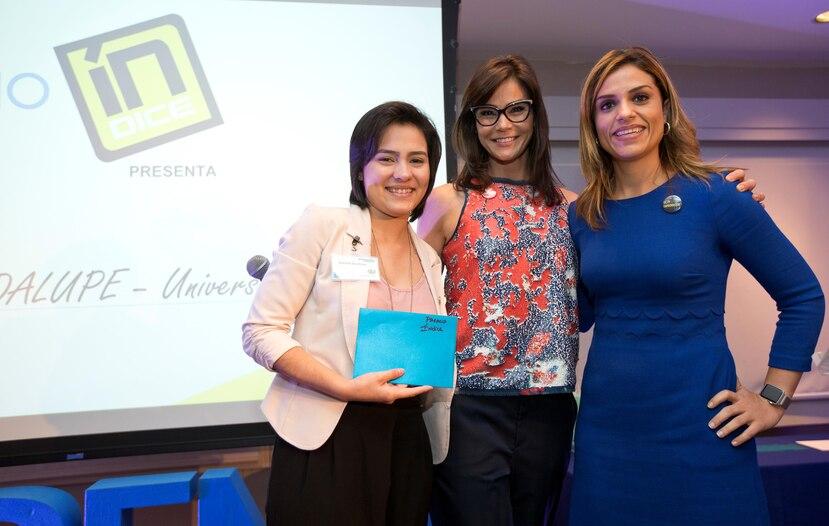 Suanette Guadalupe, ganadora del premio ÍNDICE, junto a Loren Ferré Rangel, de GFR y  Alessandra Correa, fundadora de INprende.