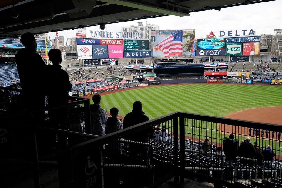 Los estadios de béisbol alrededor de Estados Unidos abrieron con capacidad limitada para darle la bienvenida a los fanáticos al Día Inaugural de Grandes Ligas. En la foto, vistazo al Yankee Stadium.