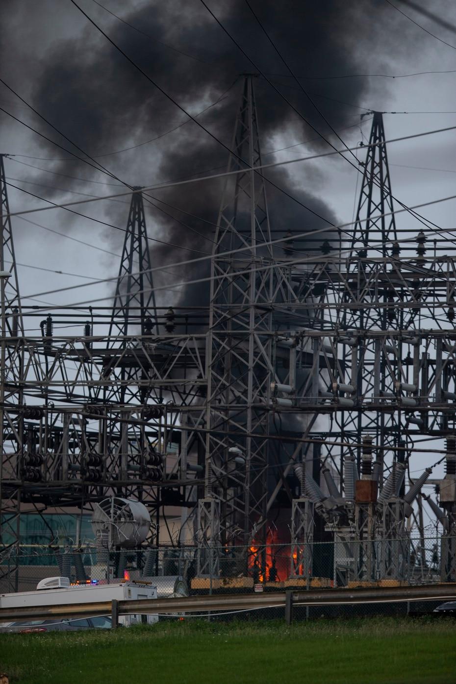 Según mensajes en las redes sociales y vídeos publicados, parte de la instalación que distribuye la electricidad de varias líneas principales se prendió en fuego.