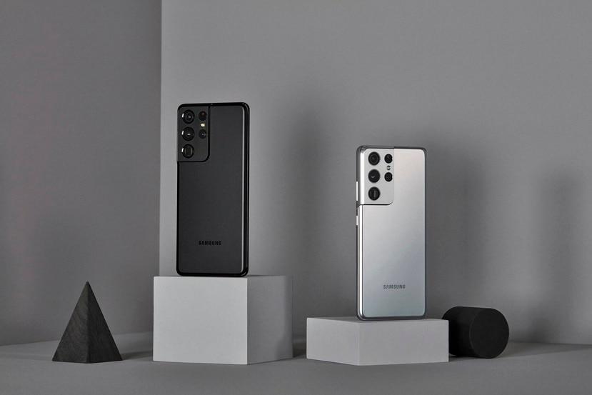 Los Galaxy S21 Ultra estarán disponibles en negro y plateado. Cuentan con cuatro lentes de cámara trasera.