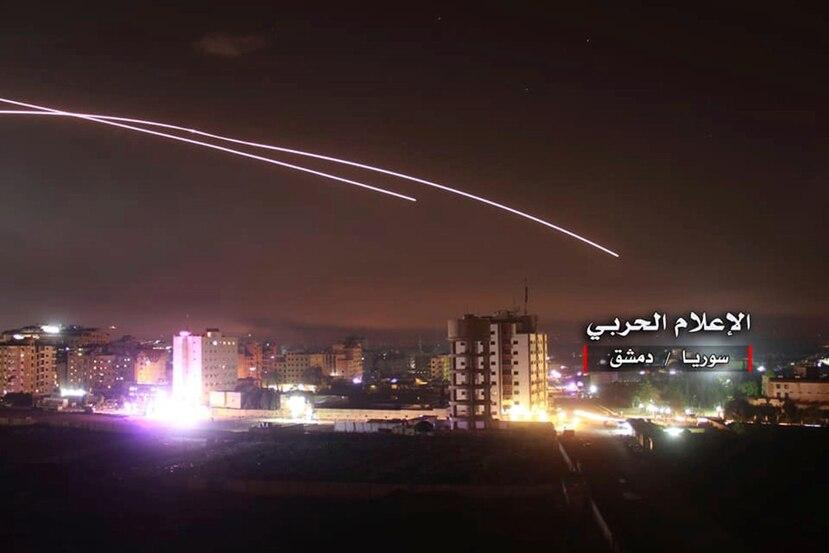 Imagen del momento en que misiles se ven surcando el cielo mientras un proyectil israelí alcanza una posición antiaérea y otras bases militares, en Damasco, Siria.  (AP)