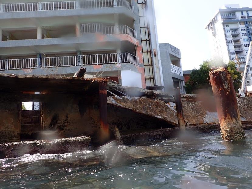 """En días recientes, una plataforma (""""deck"""") del antiguo Hotel Empress, en la playa de Isla Verde, se desplomó y cayó al agua."""