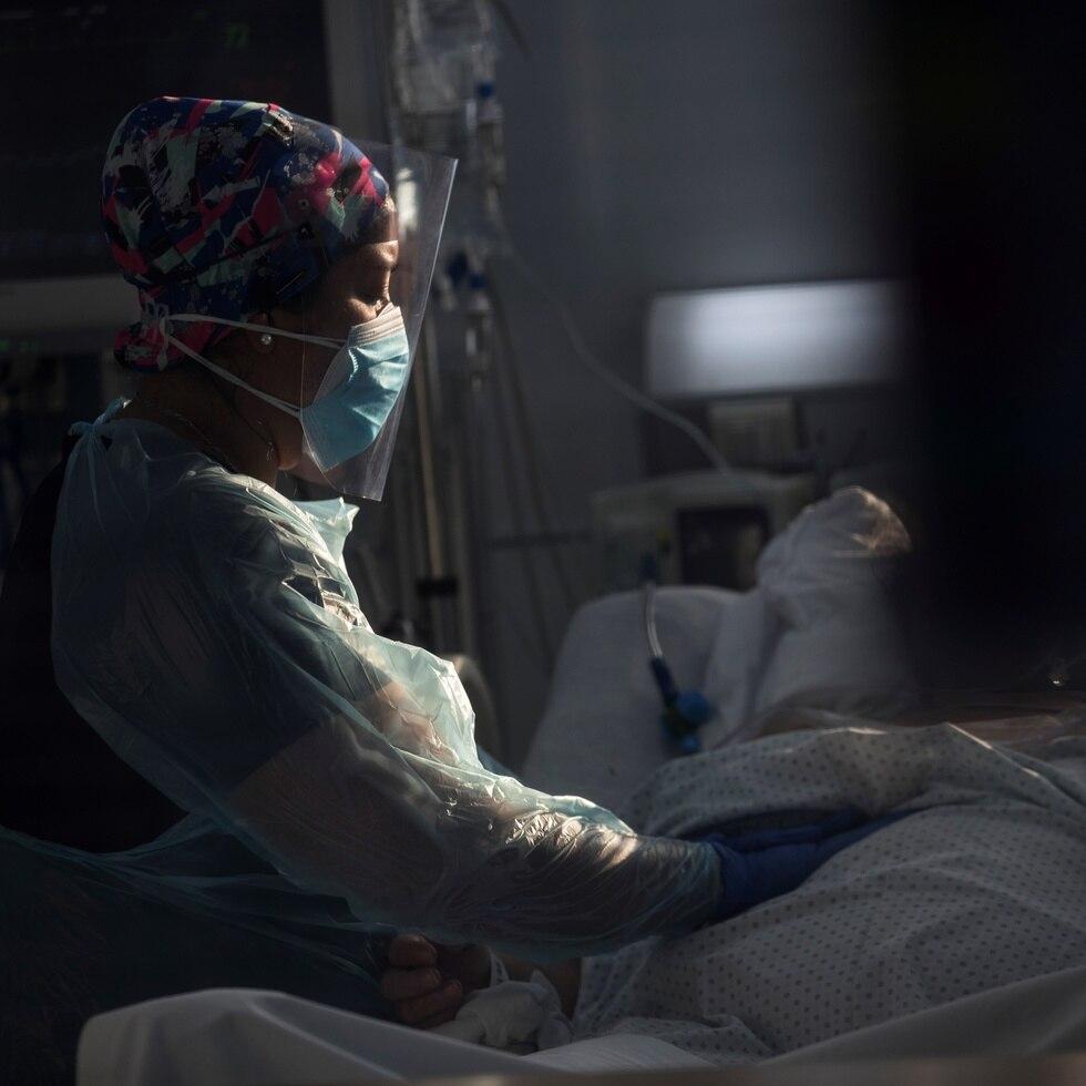 Personal sanitario atiende a un paciente afectado por el COVID-19 en una Unidad de Cuidados Intensivos.
