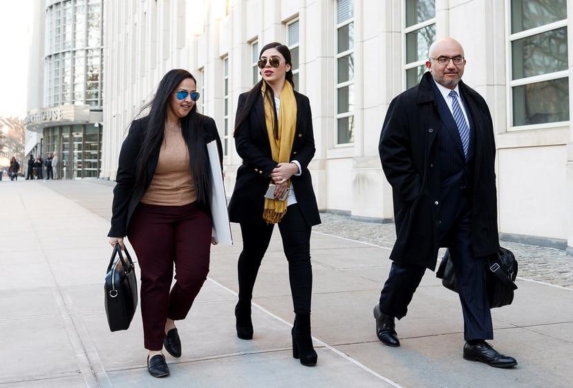 A la izquierda, Mariel Colón, la abogada boricua de El Chapo, junto a la esposa del narcotraficante, Emma Coronel. (AP)