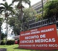 La facultad clínica de la Escuela de Medicina está compuesta por 480 médicos, quienes laboran junto a 445 médicos que se adiestran en 38 programas de residencia.  (GFR Media)