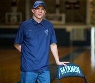 """Gerardo """"Jerry"""" Batista posa en la cancha del Recinto de Bayamón de la Universidad de Puerto Rico, donde trabaja como director atlético y entrenador del equipo femenino de baloncesto."""
