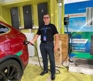 El presidente de Maximo Solar, Máximo Torres, demuestra cómo funciona el sistema de recarga eléctrica. (suministrada)