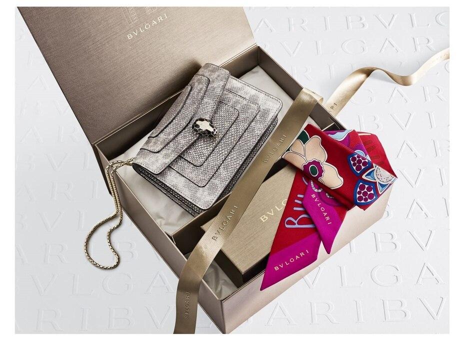 Toque sofisticado: Esta cartera Serpenti Forever en piel de karung con un precioso tono metálico, sin duda es una pieza de conversación. Trae una hermosa estola Roman Flower en seda. Consíguela en  Bulgari, en The Mall of San Juan.