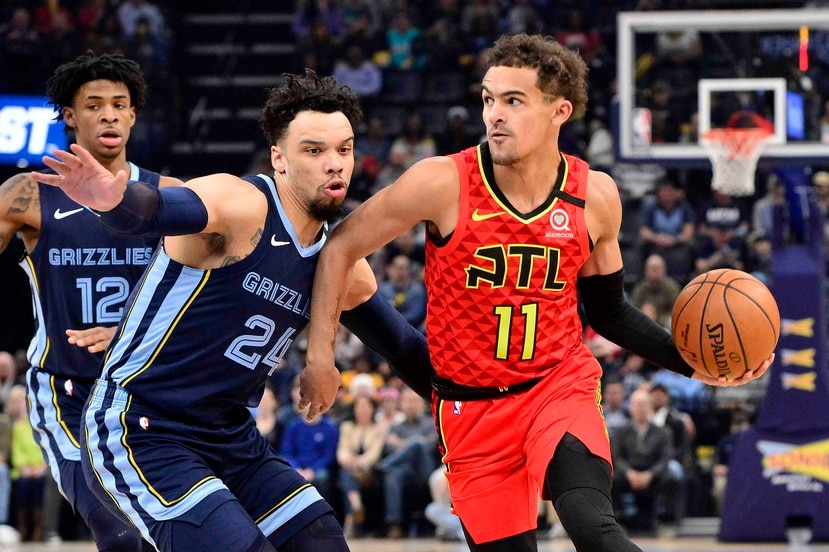 Trae Young (11), de los Hawks de Atlanta, contra  Dillon Brooks (24) , de los Grizzlies de Memphis, en un partido de la NBA. (AP)