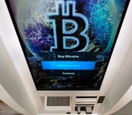 El logotipo de bitcoin aparece en la pantalla de un cajero automático de criptomonedas en la tienda Smoker's Choice en Salem, Nueva Hampshire.