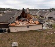 Muchas viviendas tienen sus techos dañados tras el paso de una tormenta el día anterior en la subdivisión de Timberline, en Calera, Alabama.