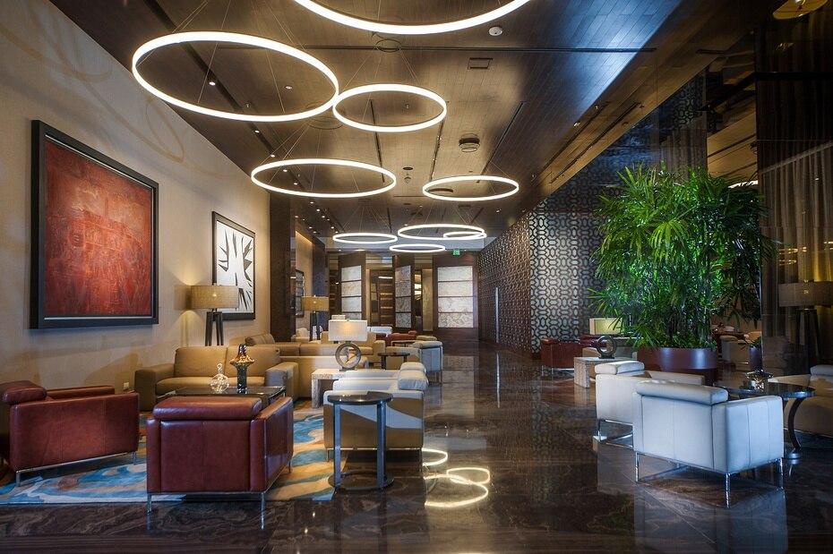 El lobby de la hospedería ubica en el piso 14 del edificio, y se dinstingue por su sobria decoración contemporánea.