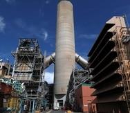 En el centro de la foto, una caldera divide las unidades generatrices San Juan 5 y 6 de la AEE. (GFR Media)