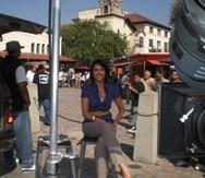 La periodista durante una cobertura de una marcha migratoria en La Placita Olvera en Los Ángeles.