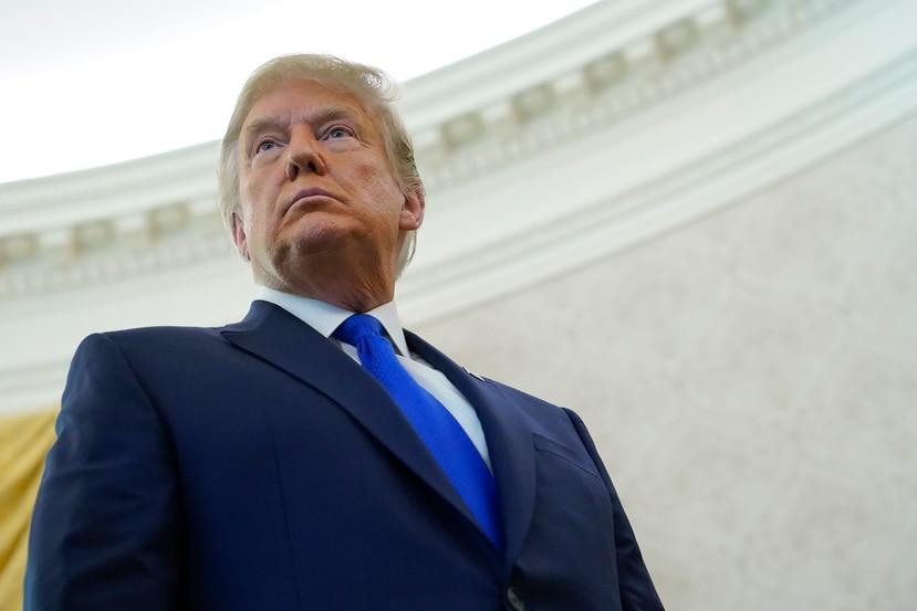 El presidente Donald Trump escucha la pregunta de un reportero durante la ceremonia de entrega de la Medalla Presidencial de la Libertad, en la Oficina Oval de la Casa Blanca, el lunes 7 de diciembre de 2020, en Washington.