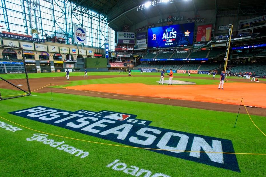 """Fuera del terreno, Puerto Rico estará representado en la Serie en puestos importantes como el del dirigente de los Red Sox, Alex Cora, y repite en el """"staff"""" de coaches Ramón Vázquez. En el lado de Houston, también son dos los entrenadores, empezando por el coach de banco Josué Espada, junto con el de bateo, Alex Cintrón."""