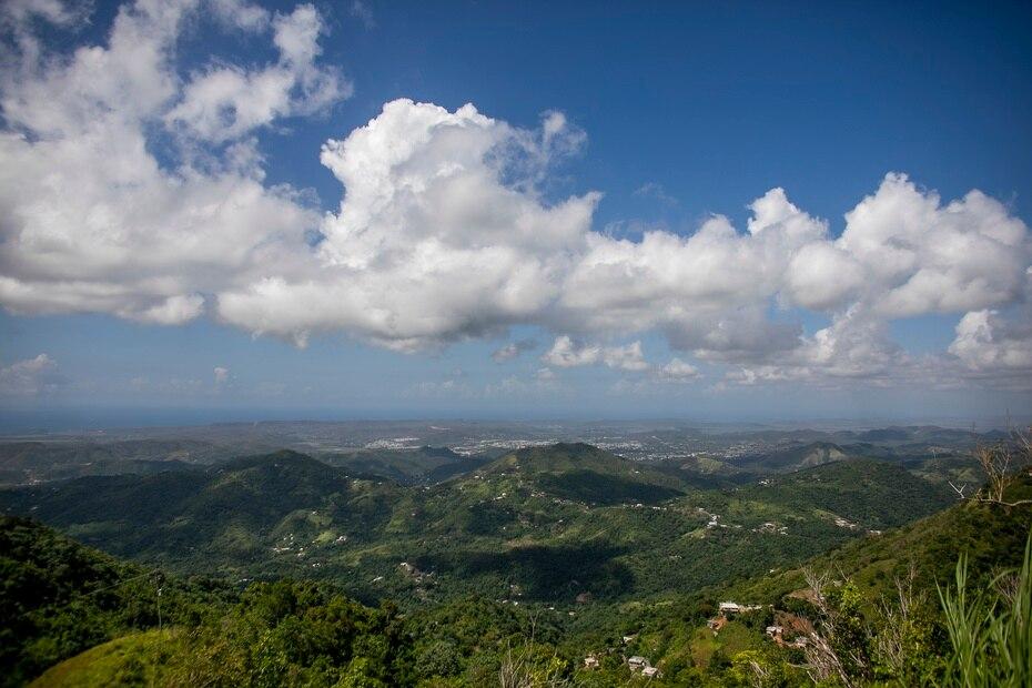 Desde la punta del Pico Rodadero se pueden observar el embalse Luchetti, el Cerro de las Avispas, el valle de Lajas, Guayanilla y Guánica.