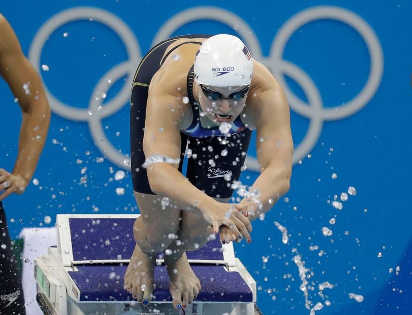 La Federación de Natación de Estados Unidos pidió el aplazamiento de las Olimpiadas. En la foto, Katie Ledecky ganadora de cuatro medallas de oro en Río 2016.  (AP)