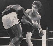 Wilfredo Gómez se apresta a derrumbar a Cornell Hall en lo que fue apenas su décima pelea profesional, disputada en 1976 en San Juan. (Archivo)