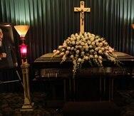 Los restos del locutor están expuestos desde esta mañana en la funeraria Jackie Oliver, en Ponce. (GFR Media)