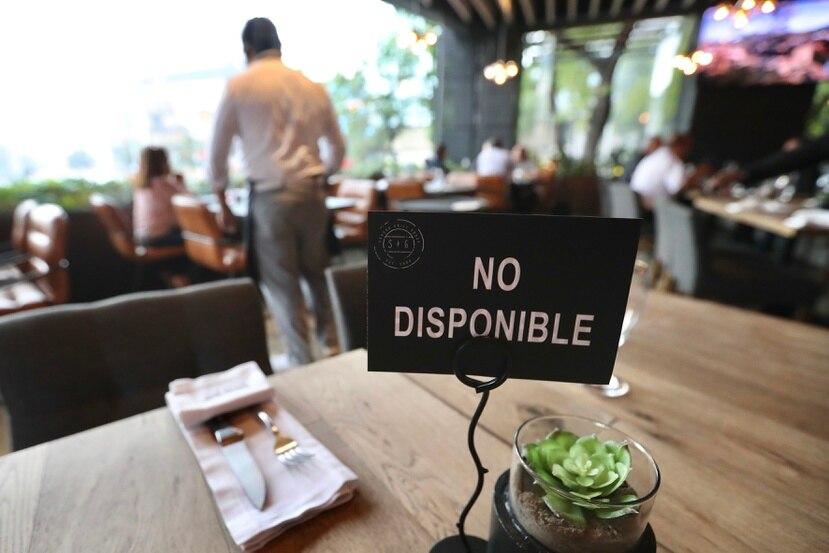El informe sostiene que no son los empleados quienes incurren en conductas de alto riesgo en los restaurantes, sino los comensales, y concluyen que estos trabajadores están al menos 10% más sobreexpuestos que los de otros sectores.