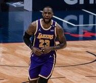 LeBron James celebra una canasta contra los Pelicans de Nueva Orleans.