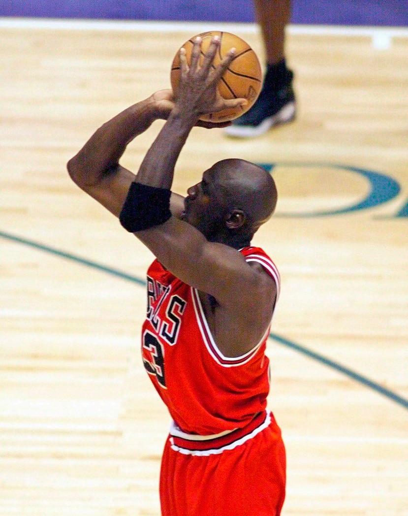 Michael Jordan anotó los dos puntos finales del último campeonato de los Bulls de Chicago en 1998 ante el Jazz de Utah. (AP)