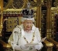 La reina Isabel II mientras leía los 26 proyectos. (AFP)