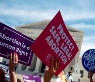 Personas se manifiestan a favor del aborto en Estados Unidos.
