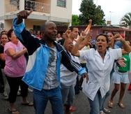 Varias personas gritan durante una protesta en La Habana (Cuba). EFE/ROLANDO PUJOL/Archivo