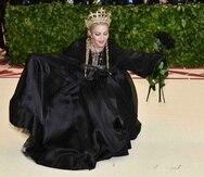 Madonna luce un vestido del diseñador italiano Jean Paul Gaultier. (AP)
