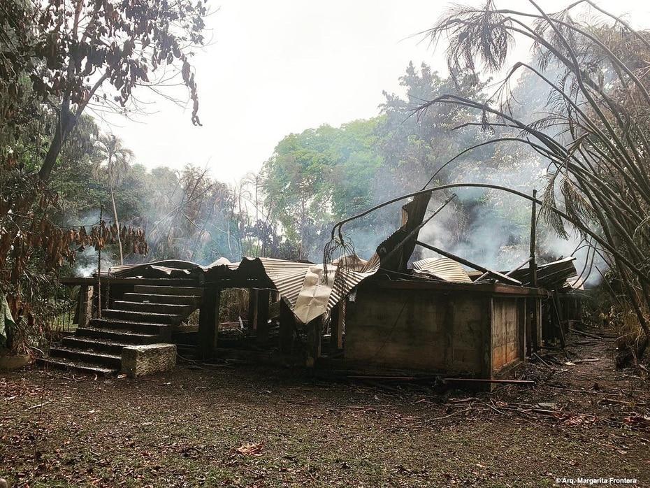 Un incendio reportado en la noche del 10 de noviembre de 2020 dejó completamente destruida la casa.