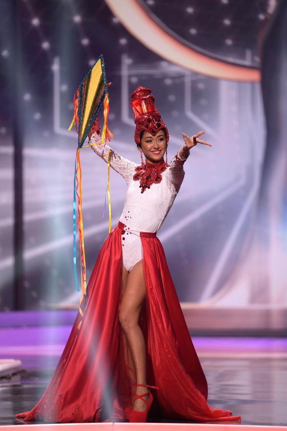 Iris Salguero, Miss Universe Belize, desfiló con una chiringa como parte de su ajuar.