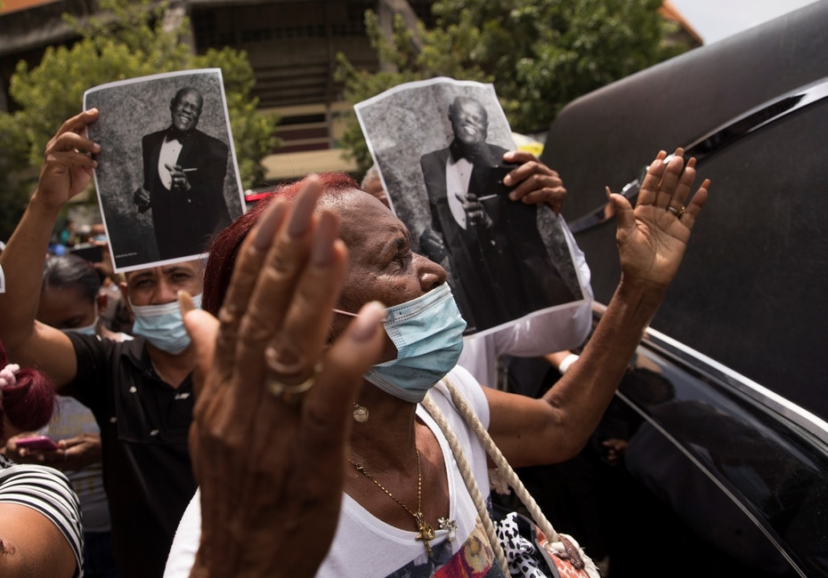 Seguidores del merenguero dominicano Johnny Ventura acompañan el cortejo fúnebre que recorre varias calles del sector capitalino de Villa Juana, donde nació el intérprete en 1940.