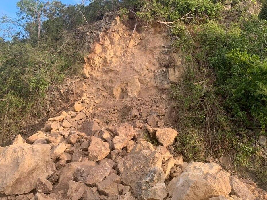 Un derrumbe evitó el paso en una carretera en Guayanilla. (Suministrada)