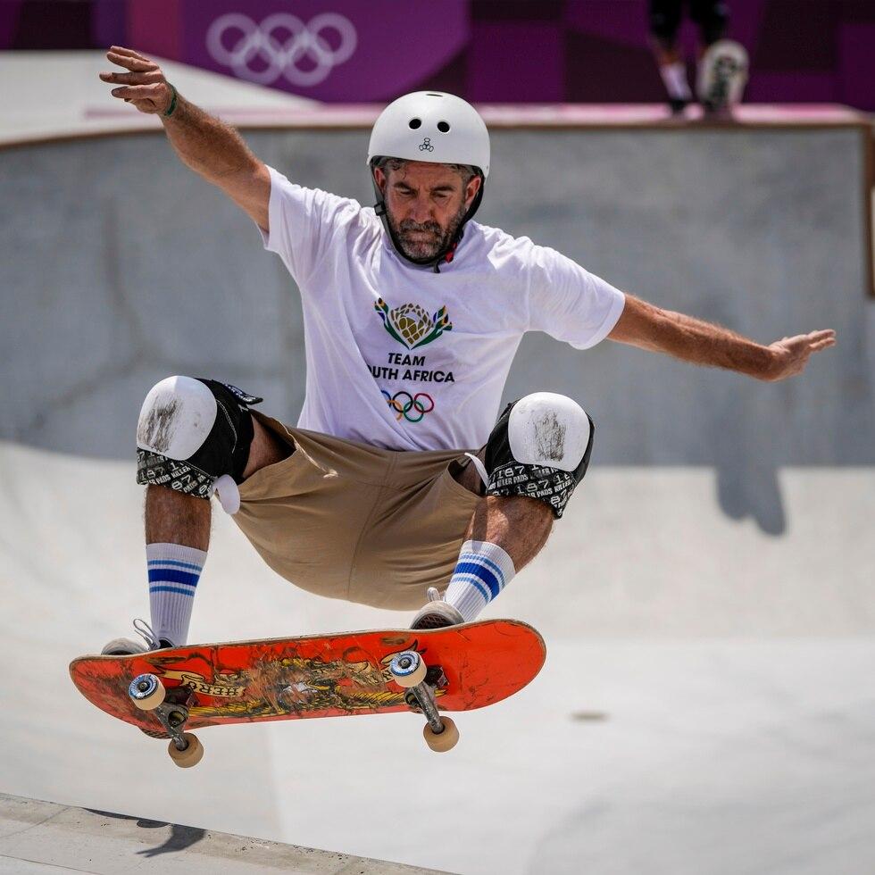 El sudafricano Dallas Oberholzer, de 46 años, participa en los entrenamientos masculinos de skateboarding en los Juegos Olímpicos de Tokio.