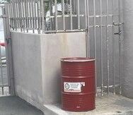 En cada condominio, se colocarán barriles con tapa para que los residentes depositen el aceite de cocinar usado que hayan recolectado.