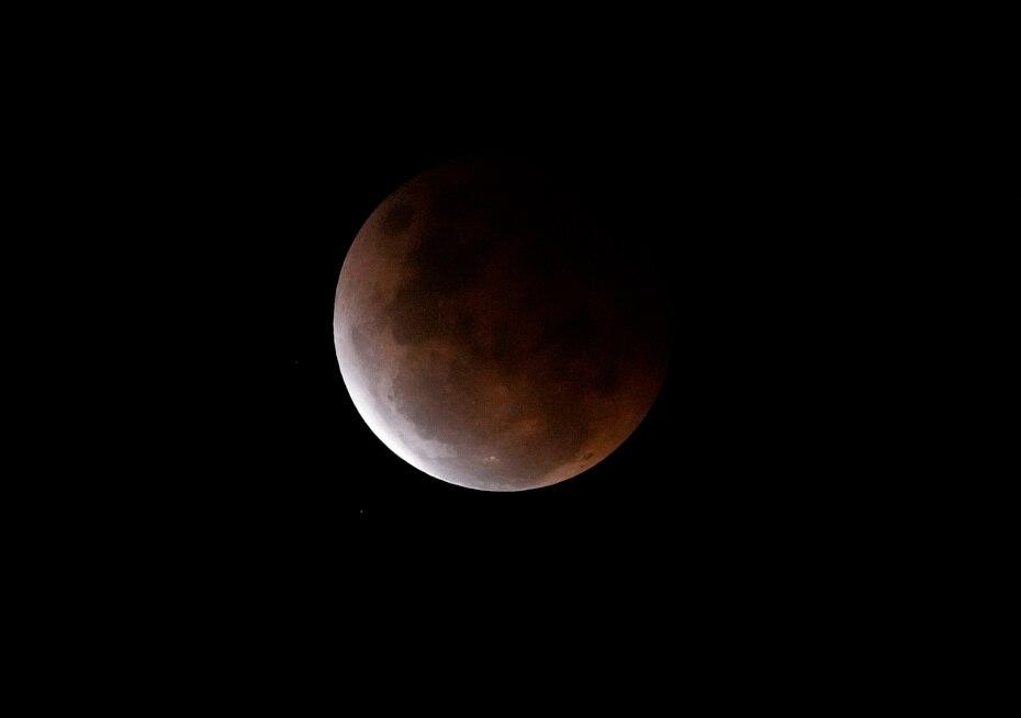 El eclipse en Nueva Zelanda comenzó cuando la Luna penetró en la penumbra, la sombra exterior de la Tierra.